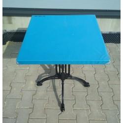 Stół kwadratowy na ozdobnych nogach